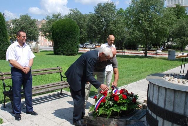 Венац је, тачно у подне, у недељу 4. августа 2019. године на Споменик жртвама ратова од 1990. до 1999. године у Парку хероја положила делегација града Сомбора