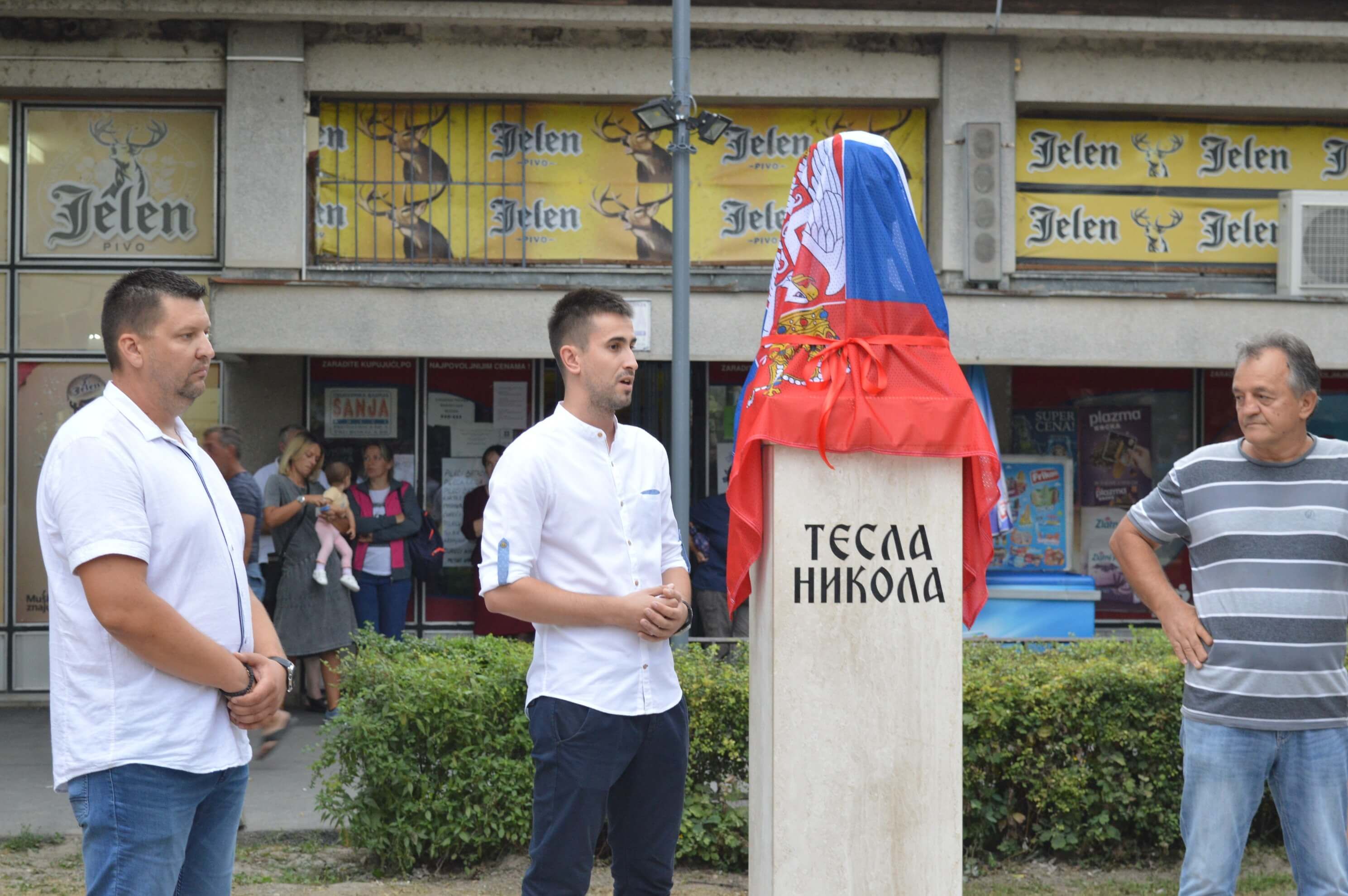 Председник Савета месне заједнице Колут Марко Ерцег, заменик градоначелнице Сомбора Антонио Ратковић и иницијатор и донатор бисте Милош Мандић