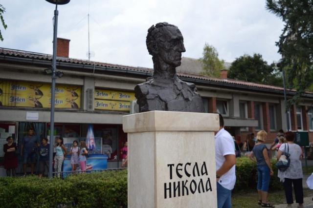 Биста Николе тесле у Колуту је дело вајара Зорана Ивановића