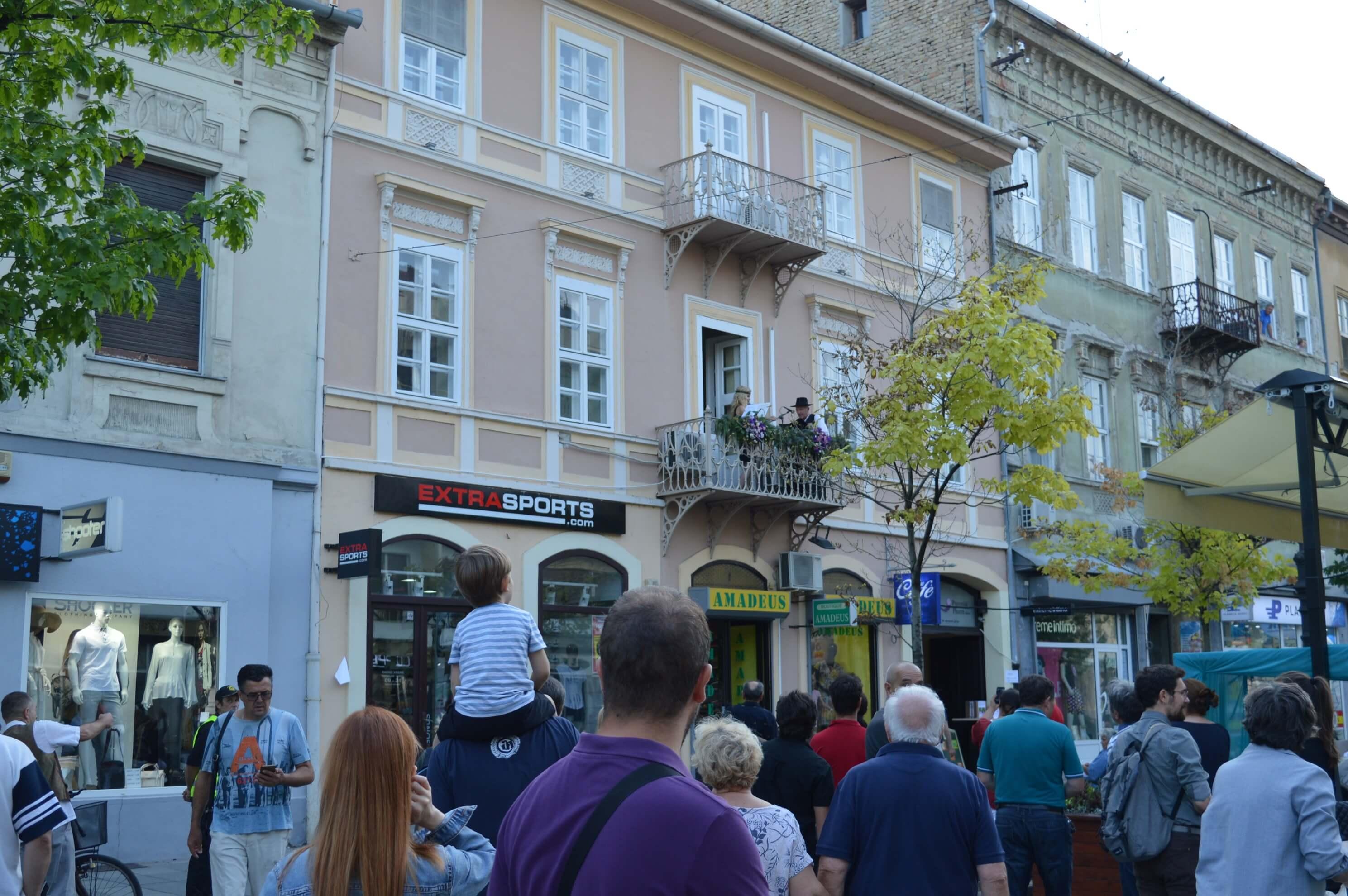 На балконима сомборске Главне улице смењивали су се извођачи