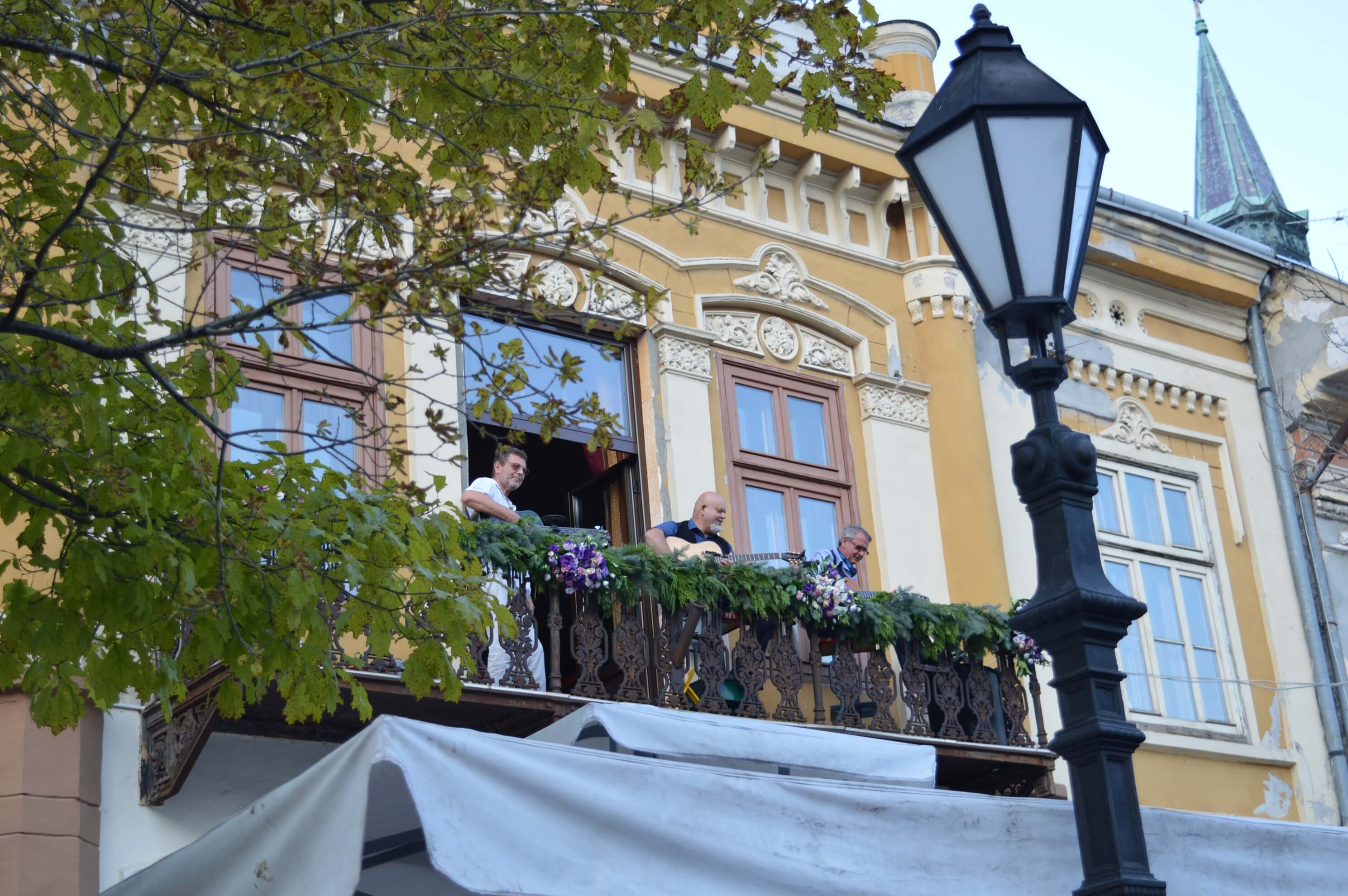 Смењивање музичара на балконима водило је публику до централне бине