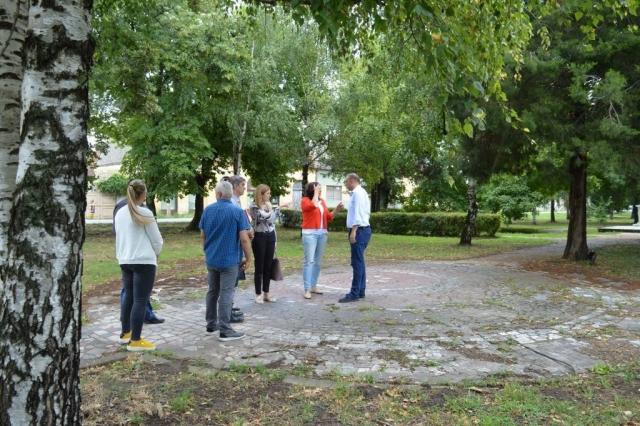 Градоначелница, њени сарадници и чланови Савета месне заједнице Стапар обишли су централни стапарски парк