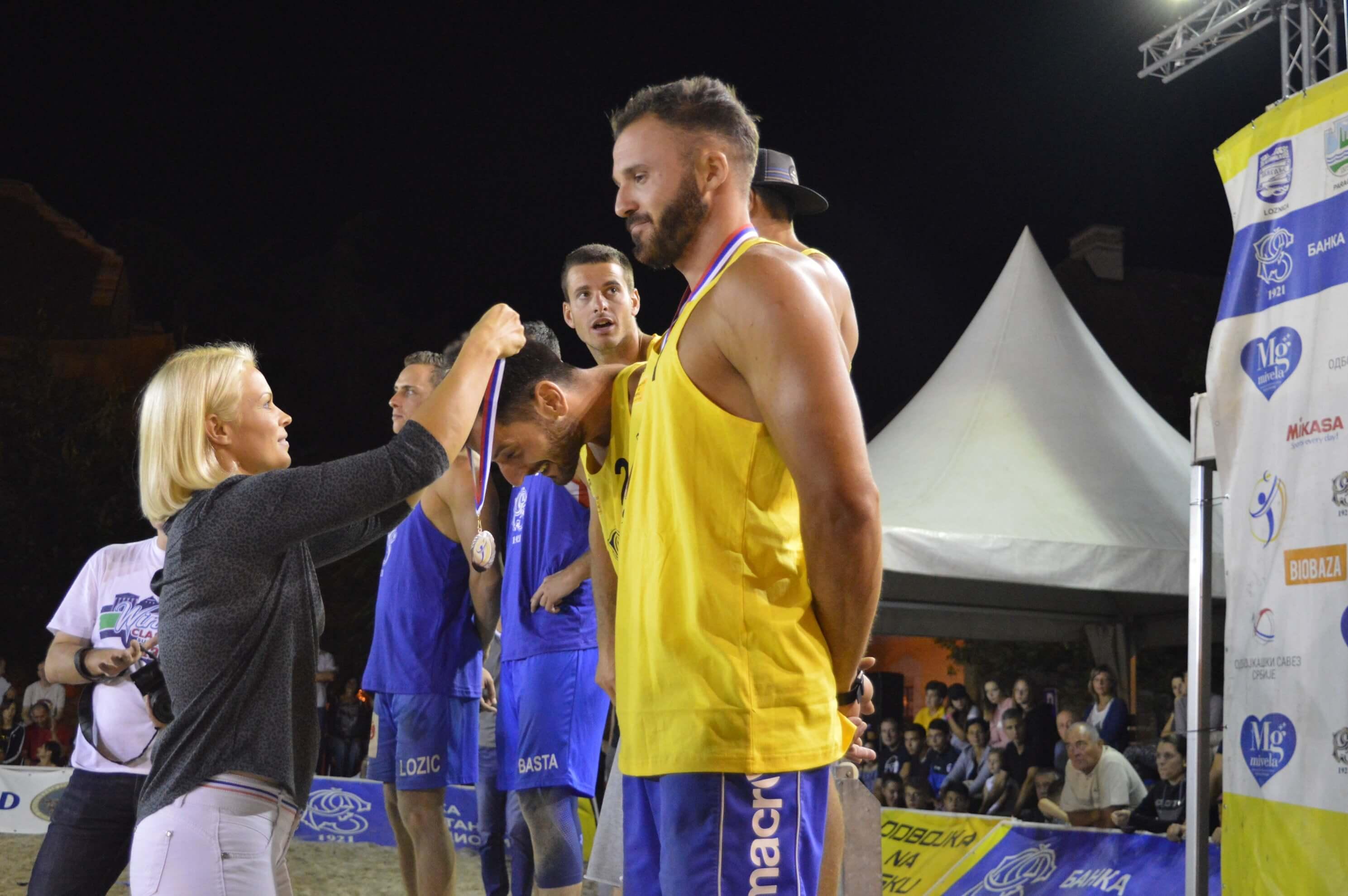 Члан Градског већа Антонија Нађ Косановић доделила је медаље трећепласираној мушкој екипи