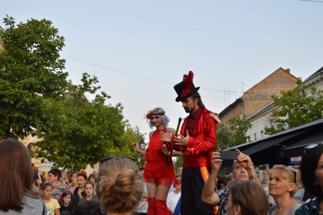 Улични забављачи на штулама привукли су пажњу многобројних посетилаца