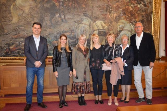 """Гости су приликом посете Жупанији обишли и градску Скупштину где им је презентована  слика """"Битка код Сенте"""""""