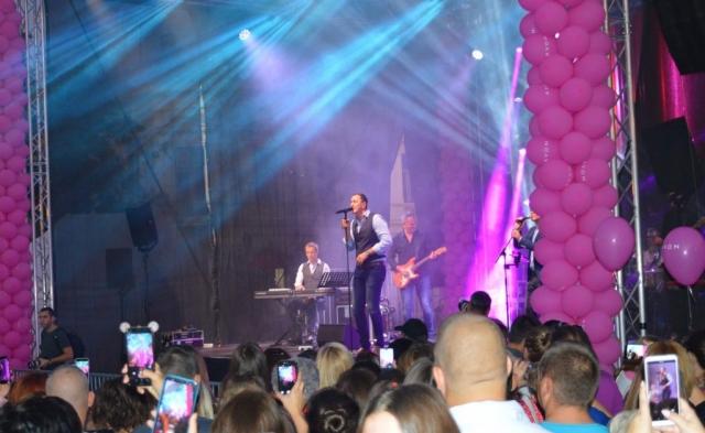 """Концертом """"Сомбор је розе"""" компанија Авон обележила је и 15 година од покретања Акције за борбу против рака дојке у Србији"""