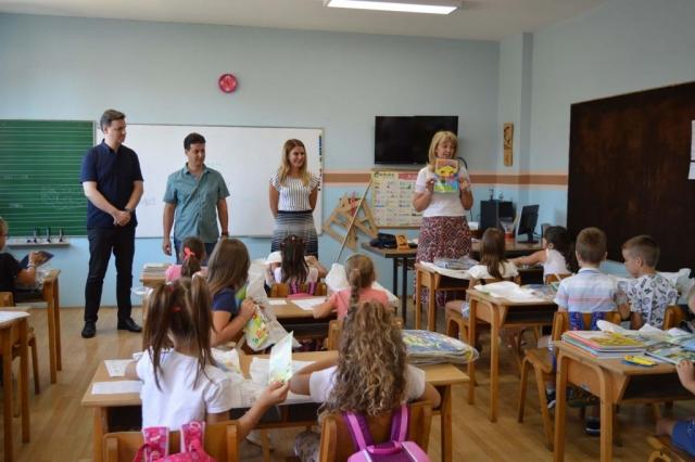 Градоначелница Сомбора Душанка Голубовић са сарадницима и ђацима првог разреда у Кљајићеву