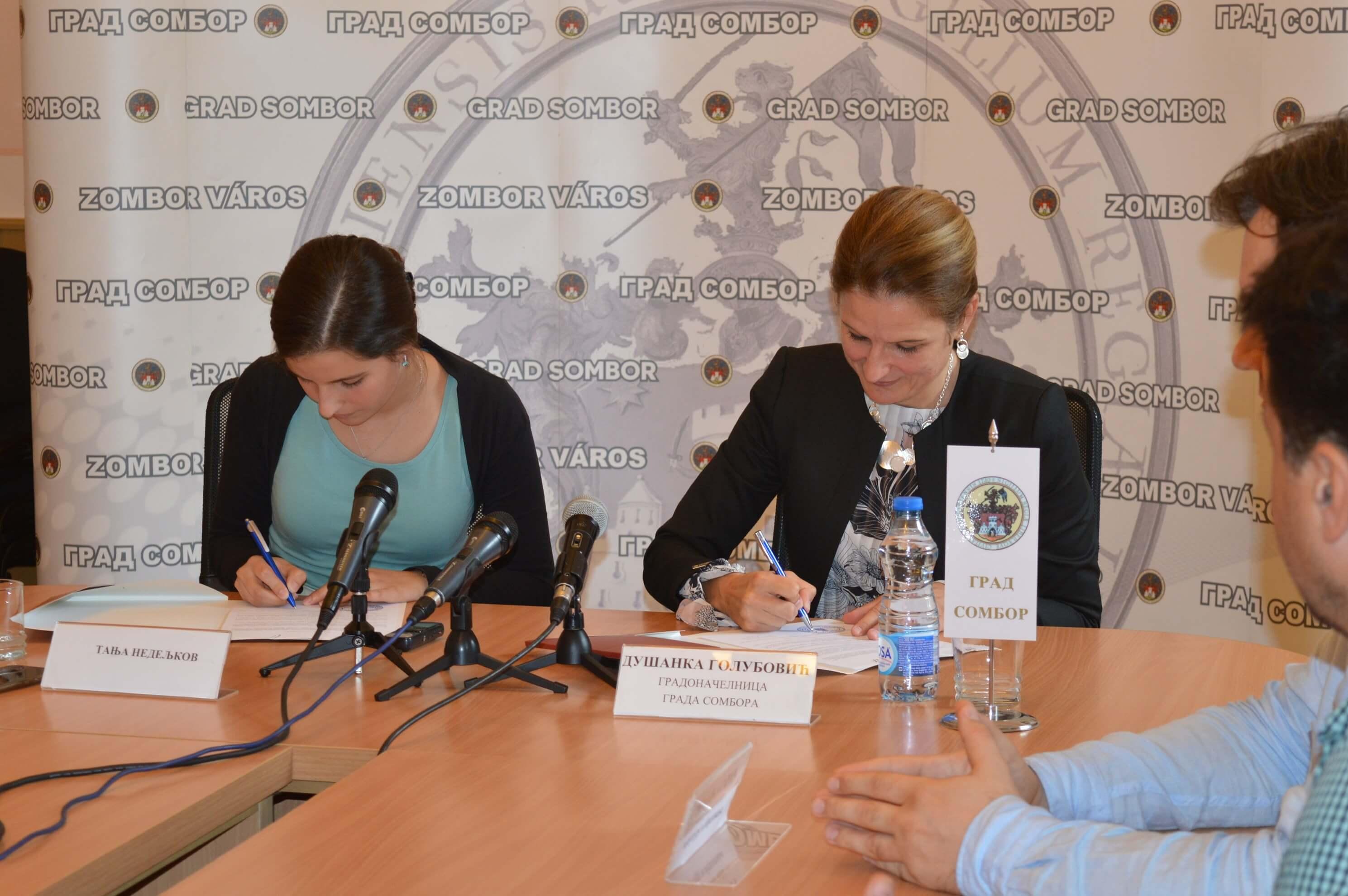 Градоначелница Сомбора Душанка Голубовић са сарадницима и ђацима првог разреда у Чонопљи
