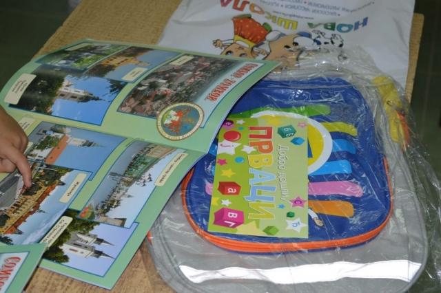 """Свим ђацима првог разреда на територији Града Сомбора уручене су """"Прварице"""" и школски ранчеви"""