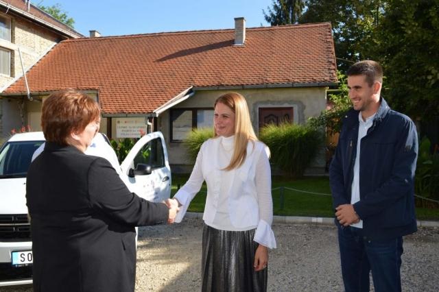 Градоначелница Душанка Голубовић предала је кључеве возила представницима Црвеног крста Сомбор