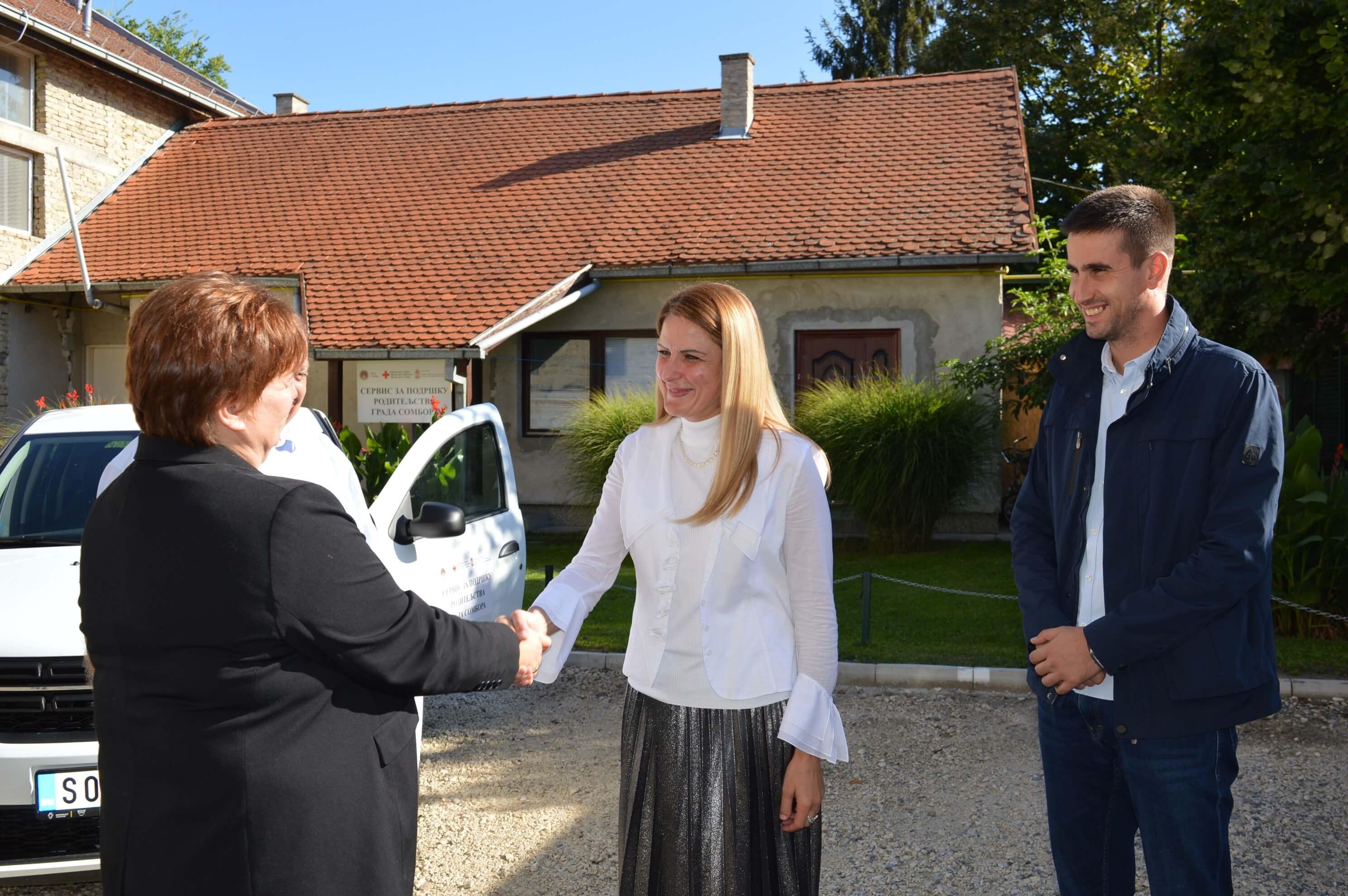 Gradonačelnica Dušanka Golubović predala je ključeve vozila predstavnicima Crvenog krsta Sombor