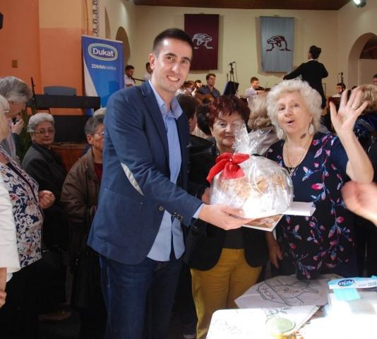 Жене из удружења пензионера припремиле Славски колач за заменика