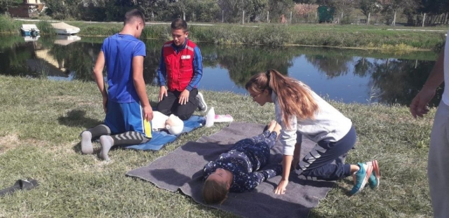 Едукацију о КПР-у (кардио пулмоналној реанимацији)