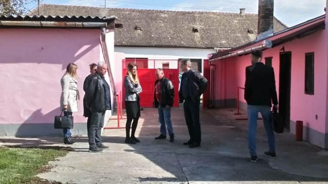 Nakon razgovora sa sugrađanima, gradonačelnica je sa predstavnicim saveta i zaposlenima u mesnoj zajednici obišla prostorije Dobrovoljnog vatrogasnog drušštva iz Bezdana