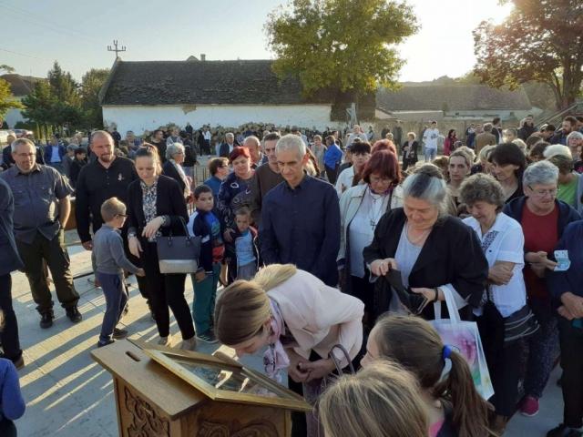 Велики број мештана Кљајићева присуствовао свечаном чину освећења темеља новог Храма