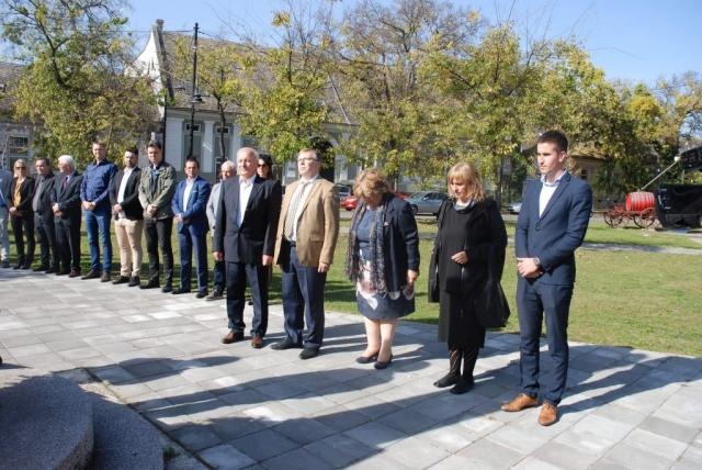 Полаганје венаца на споменик цивилним жртвама на Видовданском тргу