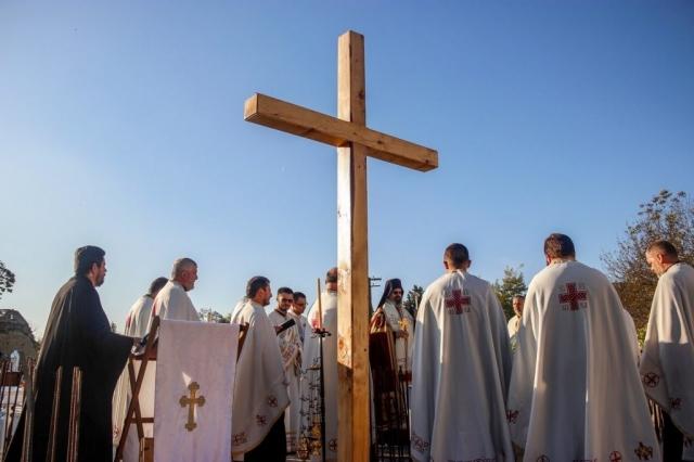Чин освећења извршио је Његово Преосвештенство Епископ мохачки господин Исихије уз саслужење 14 свештеника и 4 ђакона из Епархије Бачке