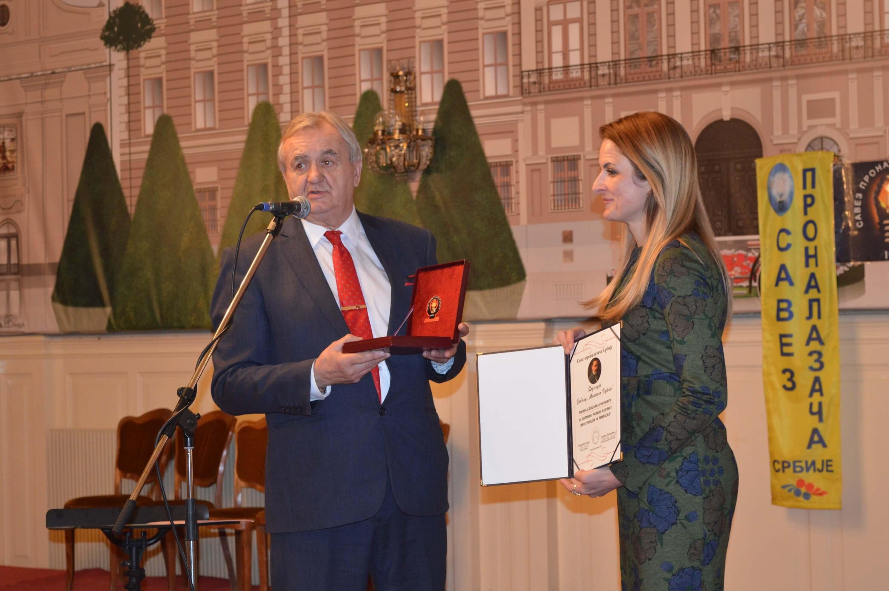Председник Савеза проналазачаСрбије Слободан Бата Симић уручио је повељу и медаљу градоначелници Сомбора Душанки Голубовић