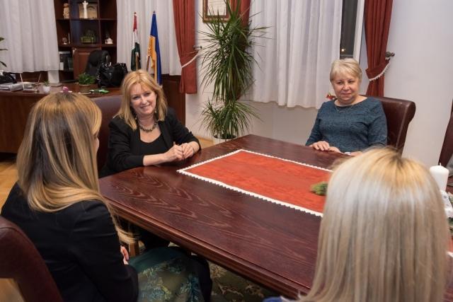 Делегацију Сомбора, на челу са градоначелницом Душанком Голубовић, у Градској већници града Баје дочекале су градоначелница Баје Клара Нјиарти и члан Градског већа Розалија Преинингер