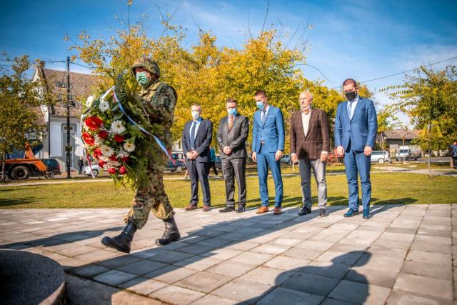Полагање венца на Споменик жртвама фашизма