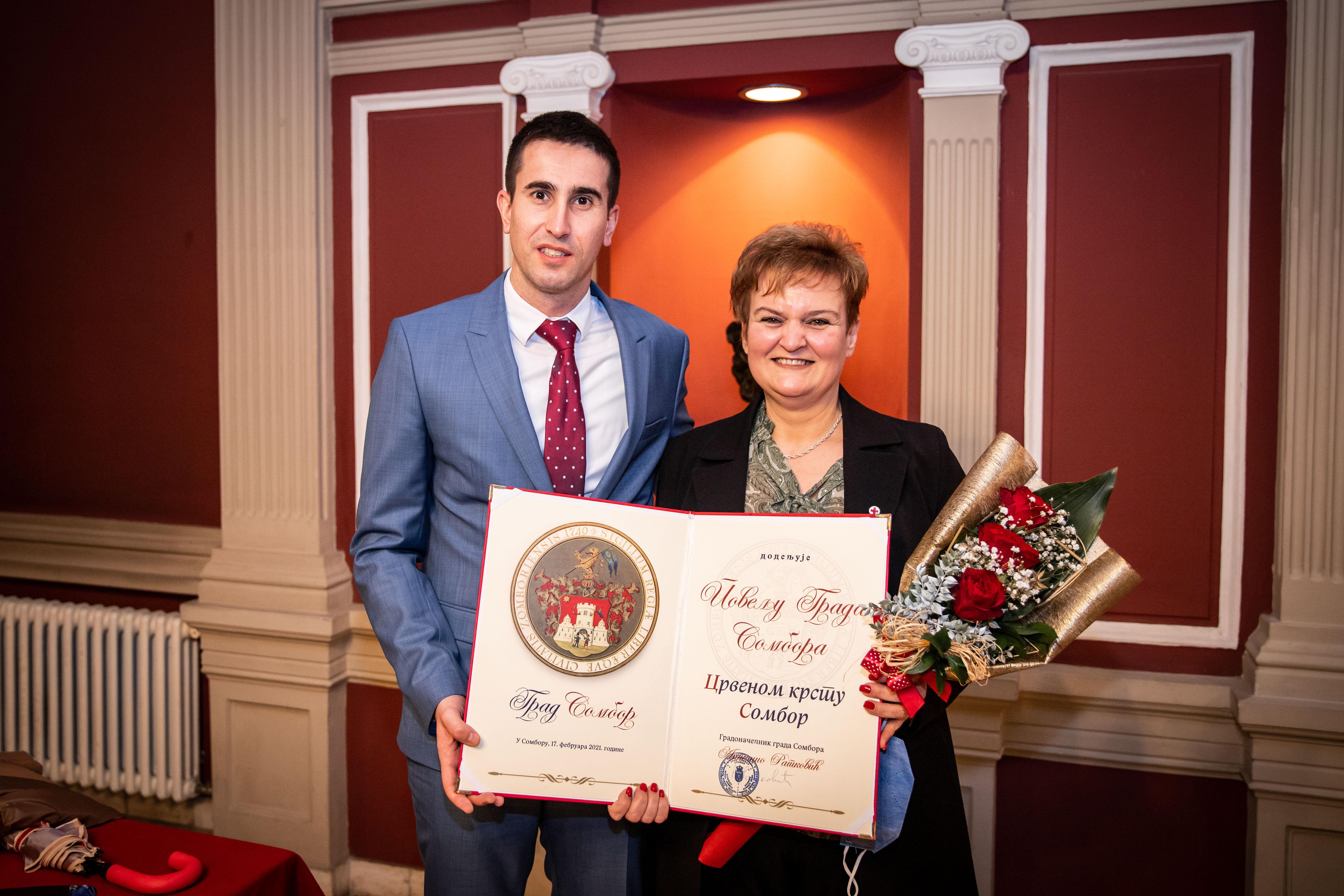 Градоначелник Антонио Ратковић и секретарка Црвеног крста Сомбор Биљана Клипа
